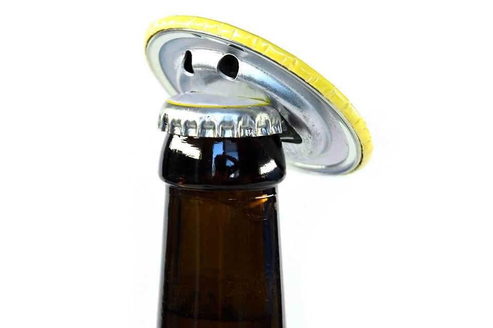 przypinka z wbudowanym otwieraczem do butelek